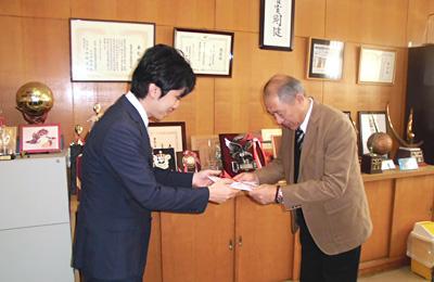三重県立津工業高等学校 機械科 製図室で使用するイスを寄付 贈呈式